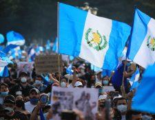 Guatemaltecos han regresado a la Plaza de la Constitución para manifestar contra la corrupción, el Presupuesto 2021 y las acciones de las fuerzas de seguridad. (Foto Prensa Libre: Carlos H. Ovalle)