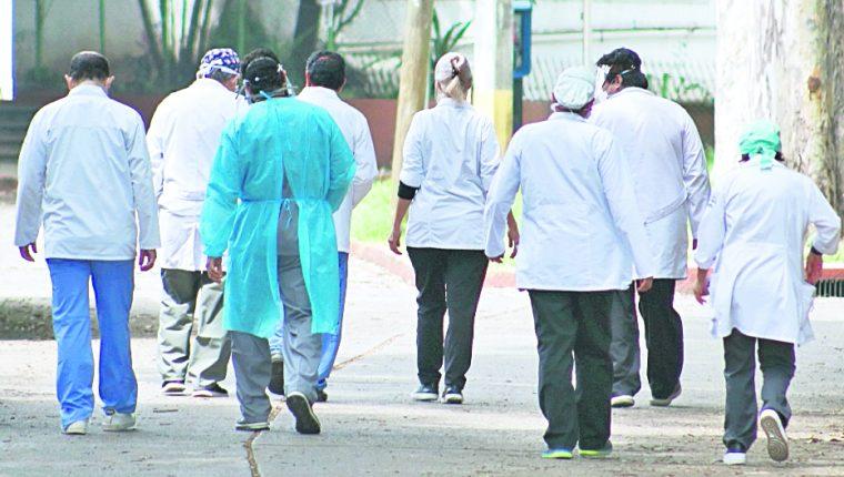 Luego de una primera ola de contagios de covid-19 que saturó los hospitales, los médicos están agotados pero están dispuestos a continuar atendiendo a la población. (Foto Prensa Libre: Hemeroteca PL)