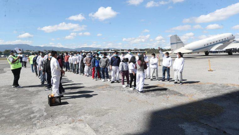 Guatemaltecos ingresan a la Fuerza Aérea Guatemalteca luego de ser deportados de Estados Unidos. (Foto: Érick Ávila)