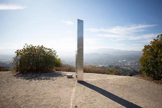 Tras la desaparición de monolitos en Rumania y Utah, hallan uno en California