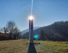 Un monolito de metal con extraños patrones fue localizado en Rumania, pero desapareció días después. (Foto Prensa Libre: AFP)