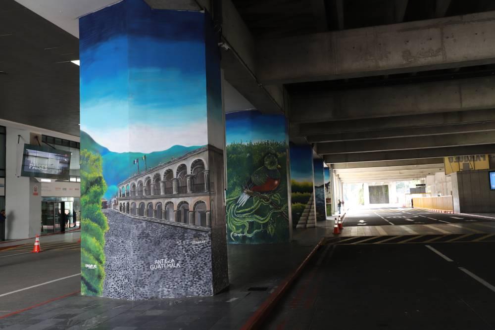 La Catedral de Antigua, El Lago de Atitlán, El Parque Nacional Tikal y los otros murales que se aprecian en el Aeropuerto La Aurora