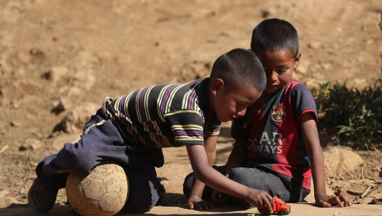 La inversión en niñez y adolescencia ya está retrasada prueba de ello es que miles de niños viven en desnutrición aguda y crónica. Los gobiernos, cada vez que inician funciones, ofrecen proyectos para reducir el mal, pero al pasar los años quedan en el olvido. (Foto Prensa Libre: Hemeroteca PL)