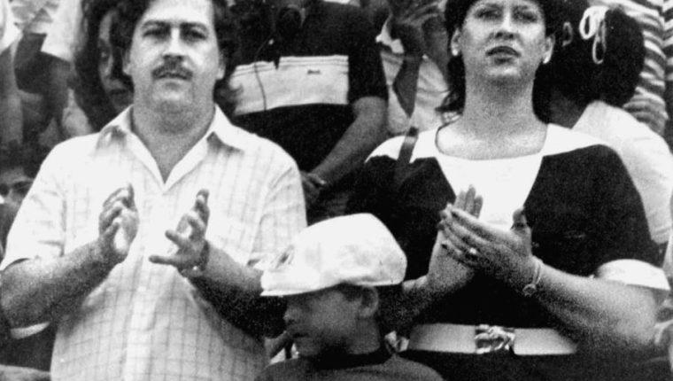 Pablo Escobar aparece junto a su esposa Victoria Henao y su hijo Pablo Escobar en Bogotá, Colombia. (Foto: AFP)
