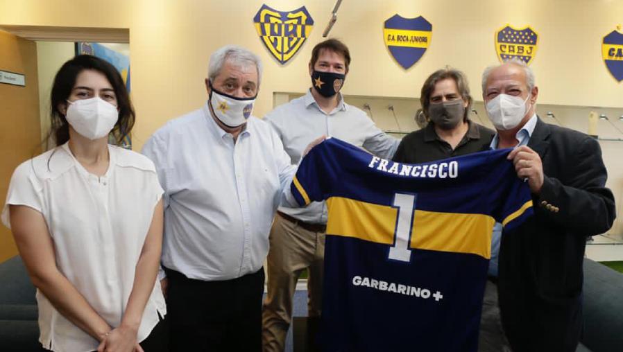 Papa Francisco, un hincha de San Lorenzo, recibe credencial como socio de Boca Juniors