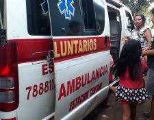 Los socorristas trasladaron también a dos menores con laceraciones a un centro asistencial. (Foto Prensa Libre: Carlos Paredes)