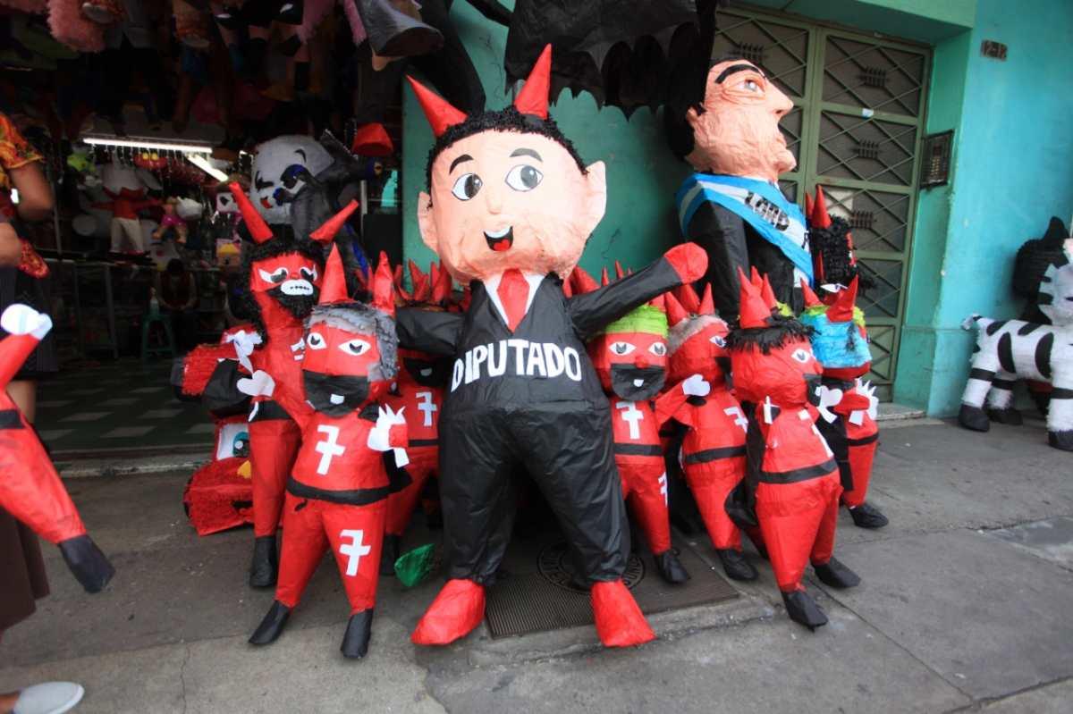 Quema del Diablo 2020: Piñatas de personajes políticos y el coronavirus arderán en Guatemala