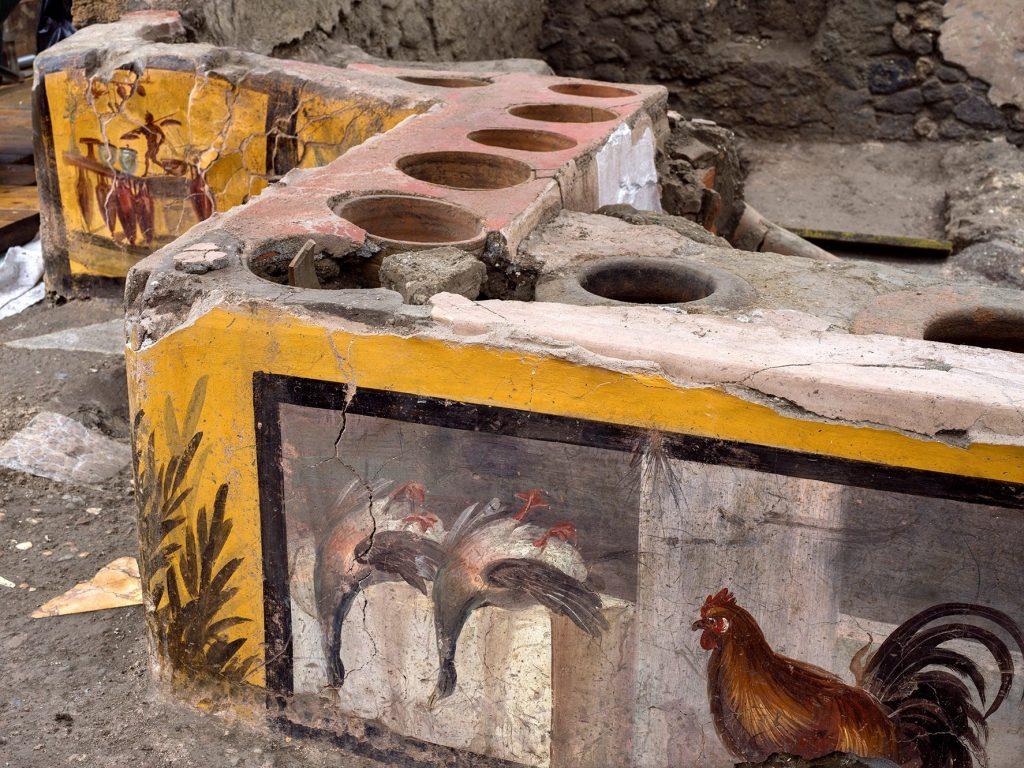 """Descubren en Pompeya un antiguo restaurante de """"fast-food"""" casi intacto (y aún con restos de comida)"""