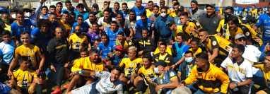 En una acción poco usual en finales, los equipos de Sololá y Aurora FC posaron juntos para una foto del recuerdo previo a la premiación. (Foto Prensa Libre: Raúl Barreno)