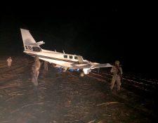 Soldados del Ejército resguardan una avioneta hallada en Retalhuleu. (Foto Prensa Libre: Ejército de Guatemala)