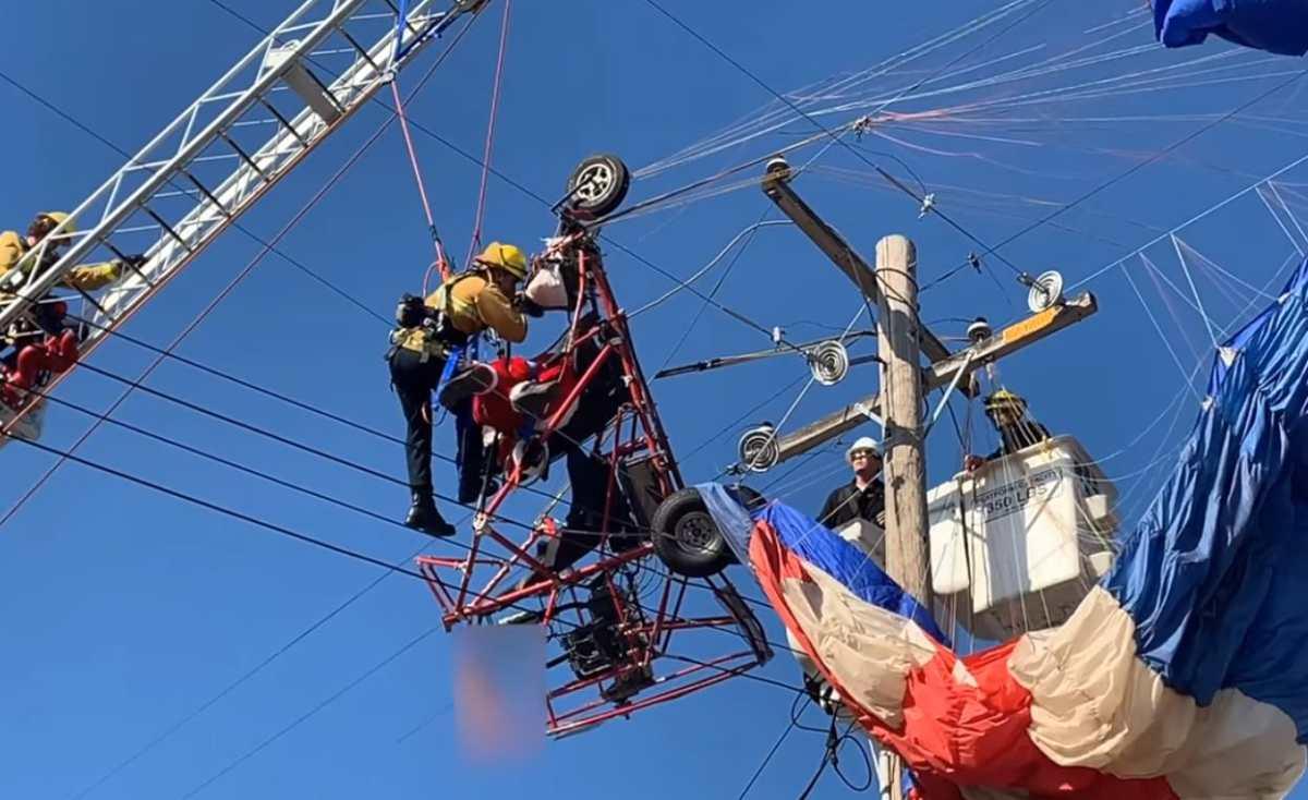 Santa Claus tiene que ser rescatado en California al quedar enredado entre cables de alta tensión