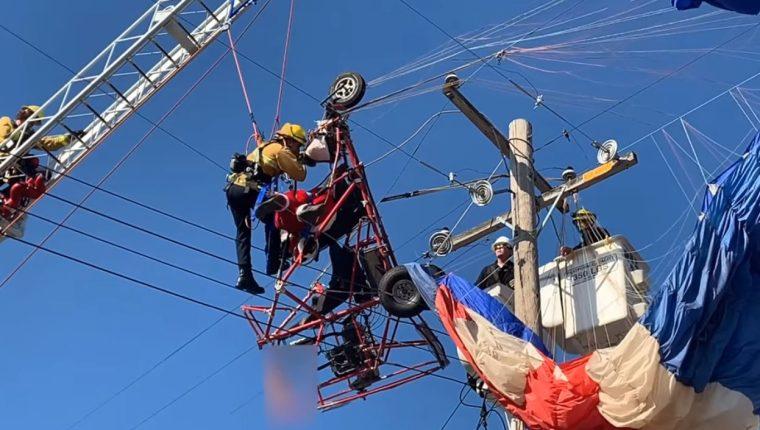 Bomberos rescatan a Santa Claus en California. (Foto Prensa Libre: Metro Fire of Sacramento)