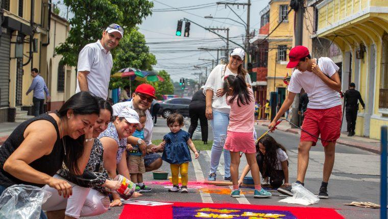 Durante la Semana Santa en Guatemala se elaboran alfombras de aserrín (Foto Prensa Libre: Hemeroteca PL)