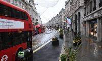 London (United Kingdom), 21/12/2020.- A deserted Regent street in London, Britain, 21 December 2020. France has become the latest country to ban air and rail travel from the UK following news of the new variant Covid-19 that has spread rapidly across London and south-east England. Most of the countries in the EU have suspended flights to and from the UK in the light of this mutated coronavirus strain. (Francia, Reino Unido, Londres) EFE/EPA/FACUNDO ARRIZABALAGA