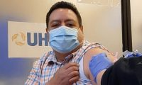 Edwin Quezada recibió la vacuna Pfizer-BioNTexh's COVID-19 en la Sala de la Clínica University Health Network, del Hospital General de Toronto. (Foto Prensa Libre: Cortesía)