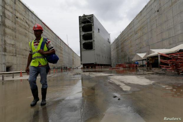 Un trabajador pasa por una puerta rodante en el sitio de construcción del proyecto de expansión del Canal de Panamá en el lado atlántico del complejo, en la ciudad de Colón, el 7 de septiembre de 2014.