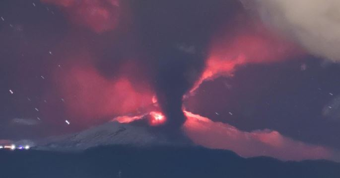 Las impresionantes imágenes que deja el volcán Etna en Sicilia