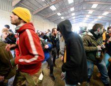 Jóvenes bailan durante una fiesta en un hangar en desuso en Lieuron a unos 40 km (alrededor de 24 millas) al sur de Rennes, el 1 de enero de 2021. (Foto de JEAN-FRANCOIS MONIER / AFP)