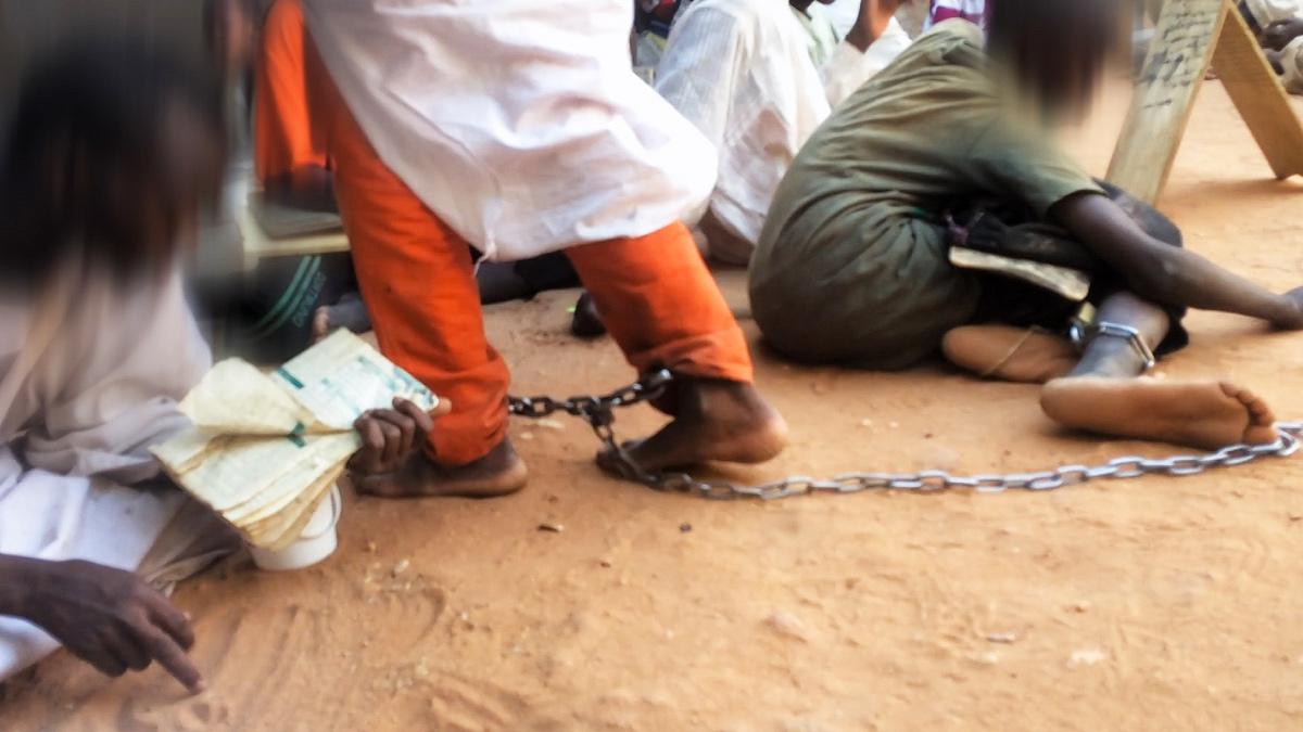 """Investigación BBC   """"Levanté la mirada y vi que tenían grilletes"""": las escuelas islámicas en las que encadenan a los niños"""