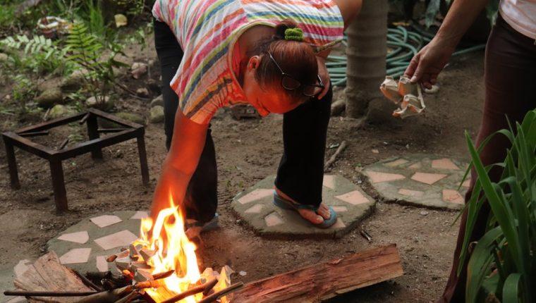 Cocinar con leña se ha vuelto cada vez más común en Venezuela.