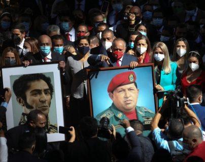 El retrato de Hugo Chávez regresa a la Asamblea Nacional de Venezuela con la toma de control por parte del oficialismo