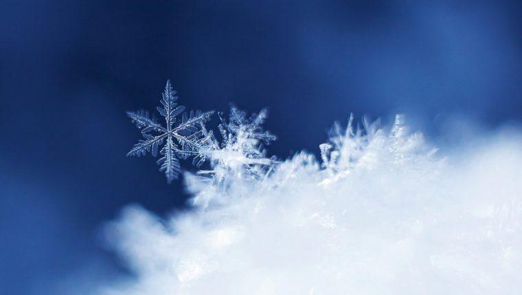 Los copos de nieve son hexagonales y simétricos, lo que ha dado lugar a numerosas teorías sobre ello a lo largo de la historia.
