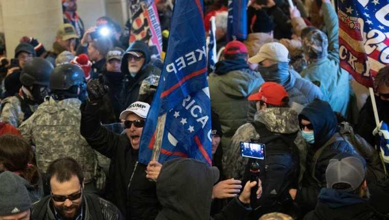 El asalto al Capitolio forzó la suspensión de la certificación de la victoria electoral de Joe Biden que se realizó más tarde esa noche, cuando las autoridades lograron despejar el Congreso.