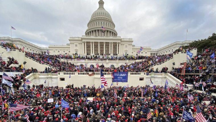Decenas de seguidores del presidente saliente de Estados Unidos asaltaron el capitolio. (Foto Prensa Libre: EFE)