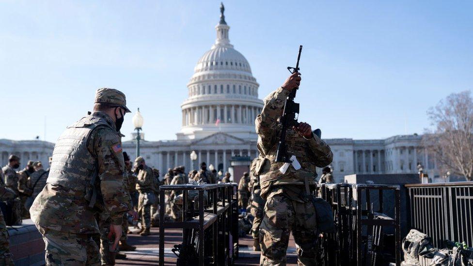 """Biden: el excepcional dispositivo de seguridad que ha militarizado Washington (y por qué las autoridades temen un """"ataque interno"""")"""