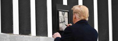 En uno de sus últimos actos como presidente Trump visitó el muro y estampó su firma en una placa colocada en la barrera.