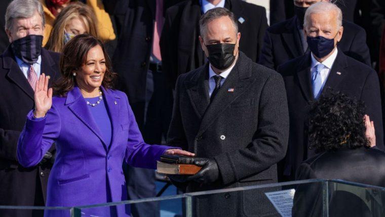 Kamala Harris fue juramentada en el cargo por la jueza de la Corte Suprema Sonia Sotomayor.