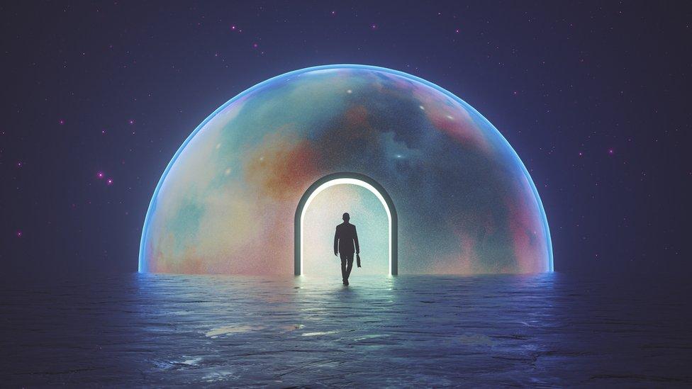 El físico que afirma que el tiempo transcurre en dos direcciones (y cómo esta idea cambia la visión del universo)