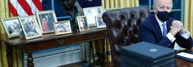 En su primer día en la Oficina Oval, Joe Biden le dio su toque personal al despacho, con un busto de César Chávez a su espalda.