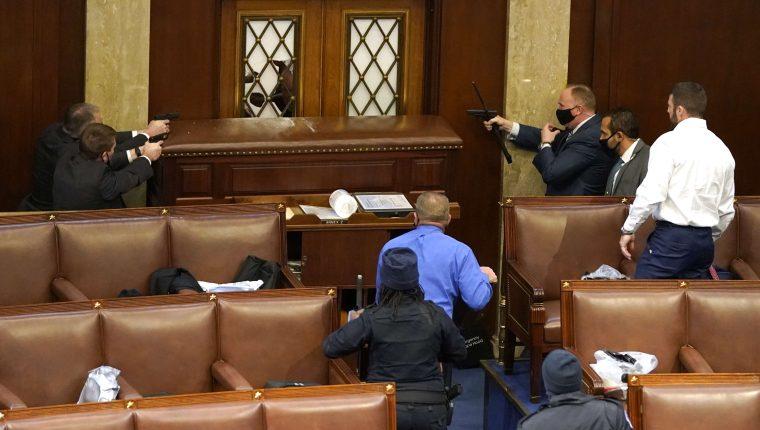 Agentes del Congreso empuñan armas ante el posible ingreso de manifestantes de Trump. (Foto: EFE)