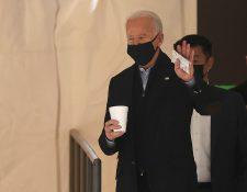 Presidente electo Joe Biden sale de The Queen Theater luego de varias reuniones previo a su toma de posesión. (Foto Prensa Libre: AFP)