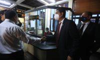 Mynor Moto llegó a la CC en busca de ser juramentado como magistrado titular. (Foto Prensa Libre: Juan Diego González)