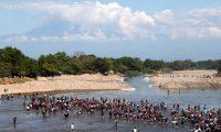 Una caravana cruza el Río Suchiate para ingresar a Ciudad Hidalgo, Chiapas, México, en enero del 2020. (Foto Prensa Libre: Hemeroteca PL)