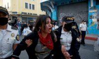 AME9885. CIUDAD DE GUATEMALA (GUATEMALA), 21/11/2020.- Manifestantes son capturados por la policía durante las protestas en contra del Gobierno del presidente Alejandro Giammattei hoy en Ciudad de Guatemala (Guatemala). Cientos de manifestantes tomaron este sábado el Congreso de Guatemala y le prendieron fuego a varias oficinas hasta ser desalojados por fuerzas de seguridad y cuerpos de bomberos, que apagaron el incendio. Los manifestantes, en su mayoría encapuchados, rompieron la puerta ingreso al Parlamento y también las ventanas, lanzando antorchas de fuego al interior, sin la presencia de los diputados dentro de las instalaciones. EFE/Esteban Biba