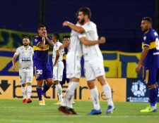 Edwin Cardona (2-i) de Boca Juniors hoy, al final de un partido de semifinales de la Copa Libertadores, disputado en el estadio La Bombonera. (Foto Prensa Libre: EFE)
