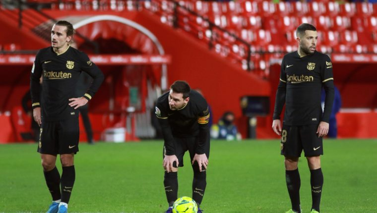 Los jugadores del FC Barcelona, Antoine Griezmann, Leo Messi y Jordi Alba, durante el partido de Liga ante el Granada. Foto Prensa Libre. EFE.