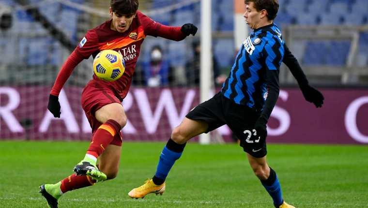 El Inter de Milán, segundo en la tabla y la Roma, en la tercera posición, empataron 2-2 y le restaron un poco de presión al AC Milan en el liderato. (Foto Prensa Libre: EFE)