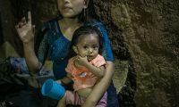 ACOMPAÑA CRÓNICA: GUATEMALA DESNUTRICIÓN - AME8935. LA PALMILLA (GUATEMALA), 12/01/2021.- Fotografía del 24 de octubre de 2020 que muestra a la pequeña niña Yesmin mientras es cargada por su madre en su vivienda en La Palmilla, Chiquimula (Guatemala). Yesmin murió este lunes de madrugada. Con sólo 2 años de edad, una neumonía originada por la desnutrición acabó con su vida en el este de Guatemala. Durante las últimas semanas luchó por subir de peso, pero las secuelas de su nacimiento prematuro, su mala alimentación y las condiciones de su hogar la debilitaron. El caso de desnutrición de Yesmin, uno más de los cientos que cada año se registran en Guatemala, fue conocido en octubre pasado por Efe de la mano de la organización Antigua al Rescate, una entidad no gubernamental que asiste a familias en riesgo alimentario y que intentó hasta los últimos esfuerzos apoyar a la niña de dos años. EFE/ Esteban Biba ARCHIVO
