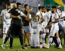 El jugador de Santos Lucas Verissimo y compañeros celebran el pase a la final de la Copa Libertadores.  Foto Prensa Libre: EFE.
