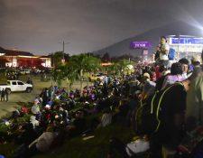 Un grupo de cientos de hondureños descansa mientras se prepara para partir en una nueva caravana desde San Pedro Sula, Honduras. (Foto Prensa Libre: EFE)