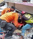 En Mamuju, Indonesia, los socorristas sacan a uno sobreviviente de un edificio colapsado por el terremoto de 6.2 que azotó el país. (Foto Prensa Libre: EFE)