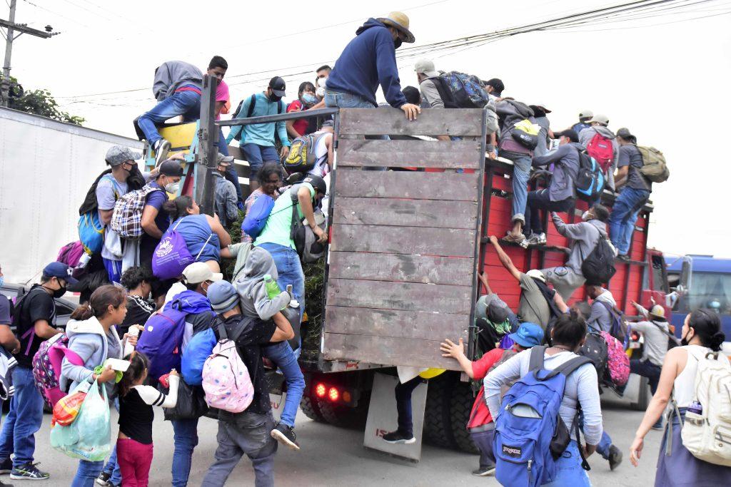 Detienen a salvadoreños acusados de organizar por WhatsApp caravana de migrantes