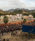 Hondureños esperan para pasar un bloqueo de la policía guatemalteca, en la aldea Vado Hondo, Chiquimula, Guatemala. (Foto  Prensa Libre: EFE)