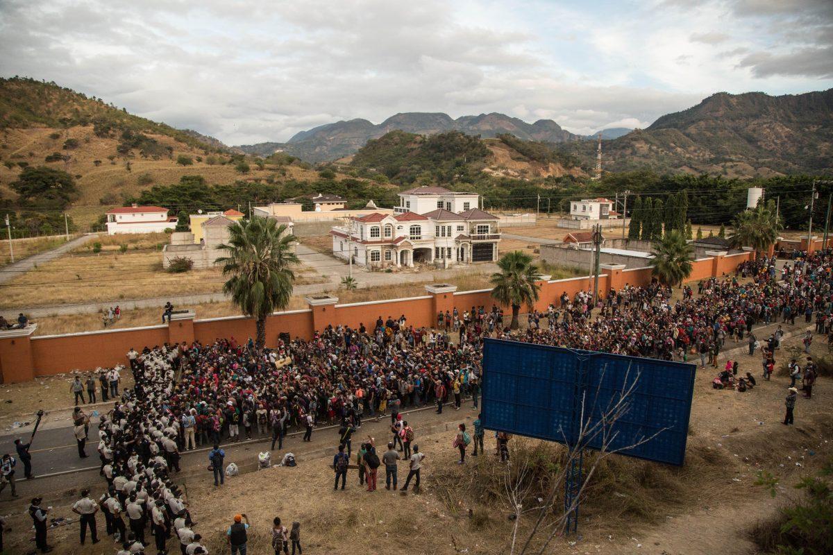 Caravana de Migrantes permanece detenida en Vado Hondo, Chiquimula, y autoridades refuerzan controles