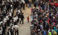 -FOTODELDIA- GU1001. CHIQUIMULA (GUATEMALA), 18/01/2021.- La policía guatemalteca disuelve la caravana migrante de miles de personas, que bloqueaba la carretera de Vado Hondo, Chiquimula. Las fuerzas de seguridad de Guatemala disolvieron este lunes a la fuerza a una caravana migrante compuesta por más de 6.000 hondureños que buscaba llegar a Estados Unidos. EFE/Esteban Biba