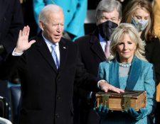 El nuevo presidente de EE.UU., Joe Biden, en su acto de investidura hoy, en Washington, junto a su esposa  Jill Biden. (Foto Prensa Libre: EFE)